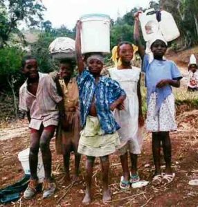 inf_ref_haiti-children_collecting_water-b
